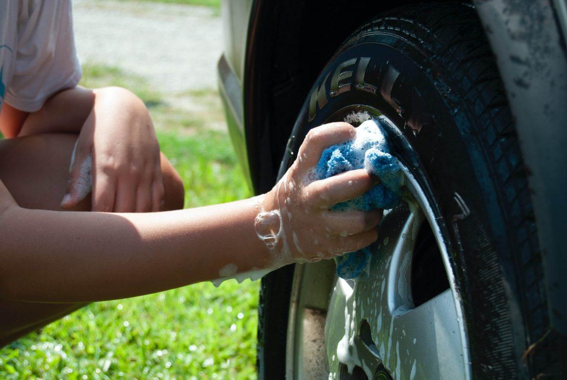 auto-wassen-met-de-hand-velgenreiniger